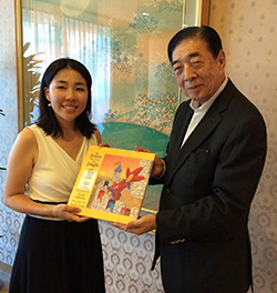 Hiroko Higuchi discusses Japanese Jester project in 2014 with Japanese Red Cross President Tadateru Konoe.